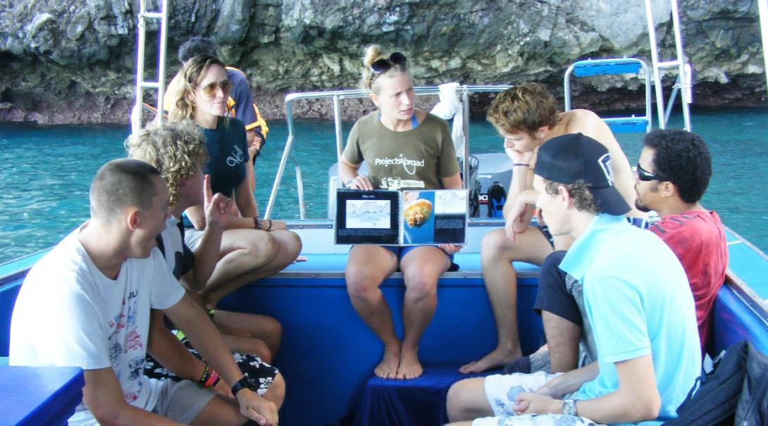 海洋環境保護ボランティアがタイでダイビング調査前にミーティングを行う